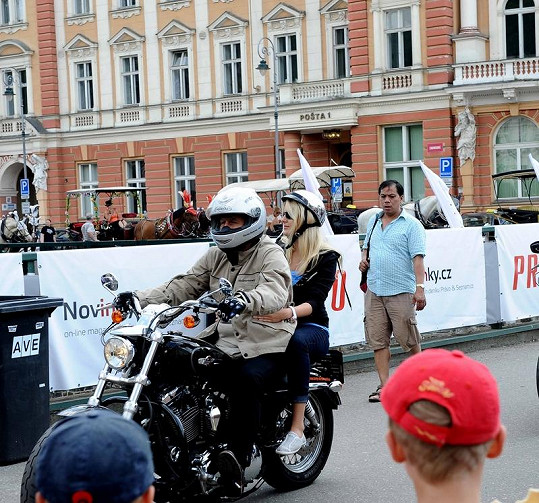 Na Jitku Nováčkovou v helmě zírali muži s otevřenou pusou.