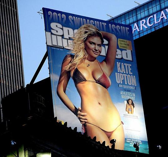Obálka Sports Illustrated s Kate Upton na titulce visí v centru New Yorku.