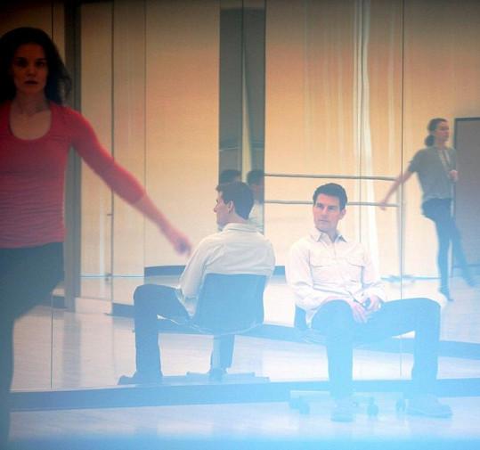 Tančící Katie obdivně pozoroval její partner Tom Cruise.