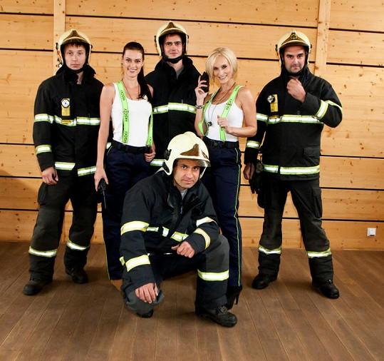 Mirka s Bárou a pohlední hasiči.