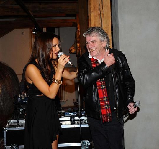 Jitka Válková zpívá s Danem McCaffertym z Nazarethu Love Hurts.