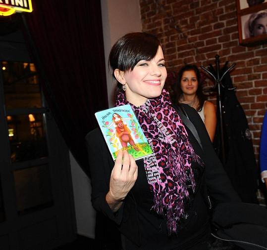 Marta Jandová pózuje s knihou Haliny Pawlowské.