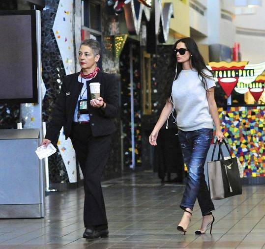 Demi se od personálu letiště nechala dovést na svůj Gate a odnést kávu.