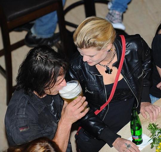 Sylva s Davidem vrkali u baru.