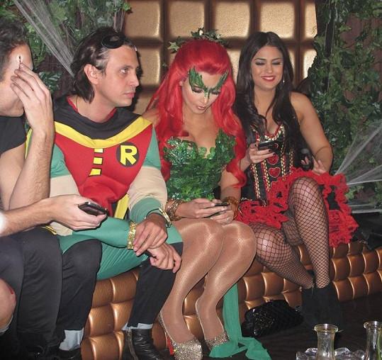 Kim na párty v obležení přátel.