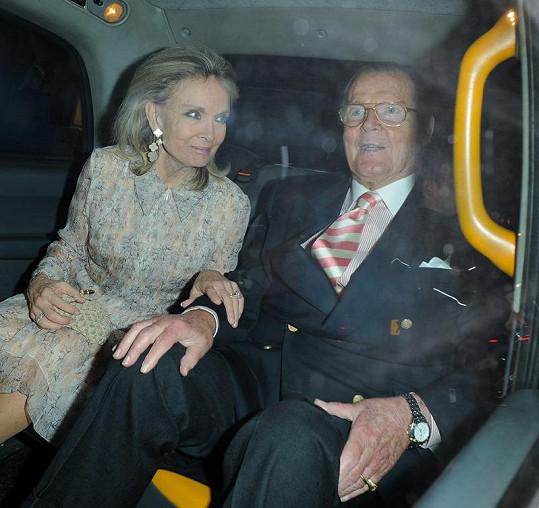 Roger Moore prý konečně se čtvrtou ženou Kristinou Tholstrup zažívá poklidné manželství.