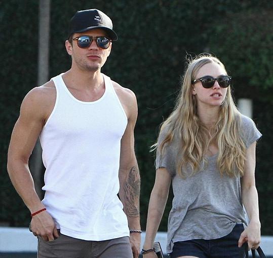 Pětadvacetiletá herečka randí s hercem z filmu Velmi nebezpečné známosti Ryanem Phillippem.