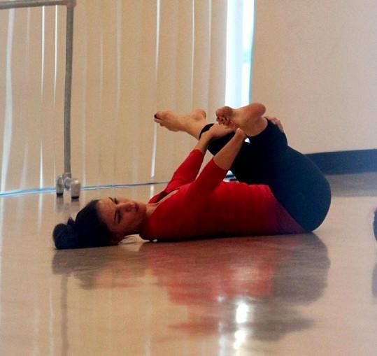 Před tancem se herečka řádně rozcvičila.