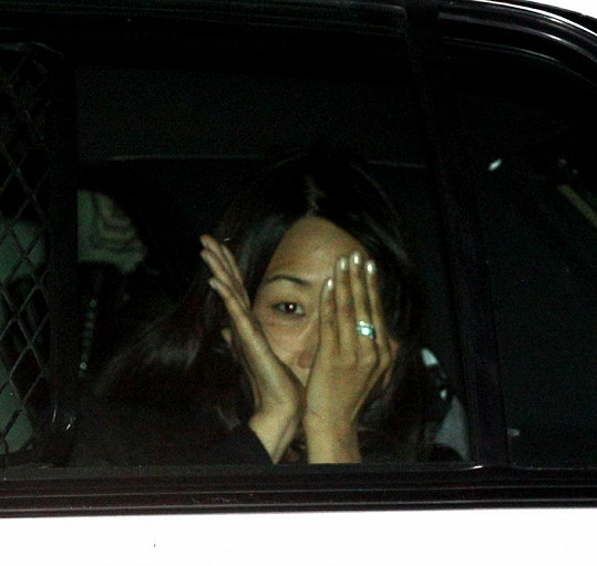 Tato žena zaútočila moukou na Kim kardashian. Policisté ji krátce poté zatkli.