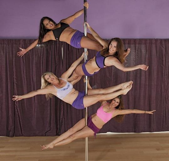 Tyto dámy zvládají na tyči pořádně akrobatické kousky.
