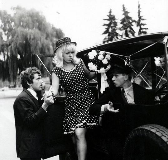 Menzel oslovil pro roli Miloše Hrmy Vladimíra Pucholta. Ten byl zasmlouván pro film Svatba jako řemen (1967). Na snímku s Ivou Janžurovou a Jiřím Hrzánem.