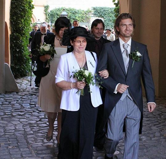 Petr Čadek s maminkou před obřadem.