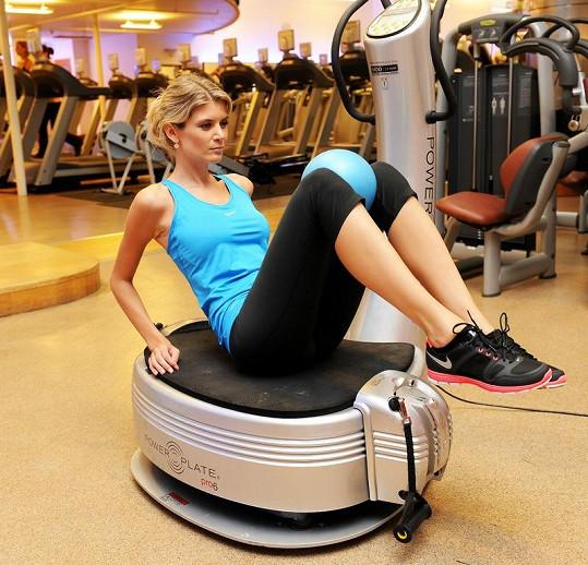Iveta Lutovská na stroji posilovala vnitřní stehenní svaly a břicho.
