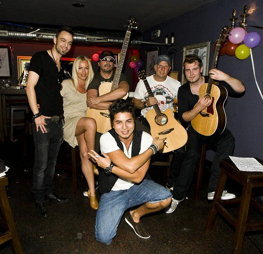Muzikanti z kapel Embassy a Kabát a Martinou Pártlovou zahráli Marcusovi narozeninovou píseň.