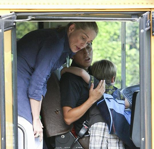 Stone vyzvedla syny od školního autobusu.