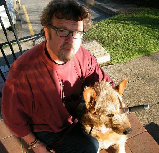 Vernon Swart s Bellou před operací, při níž jí byl vyjmut nůž z hlavy.