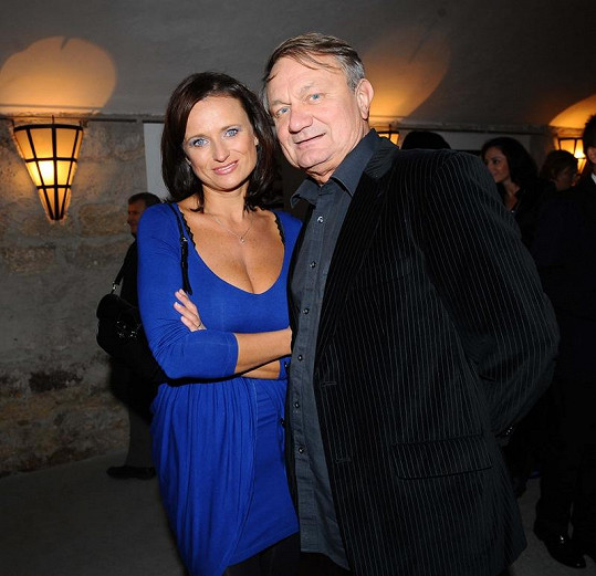 Janě Adamcové nahrává to, že její muž režíruje na Primě populární seriál Cesty domů.