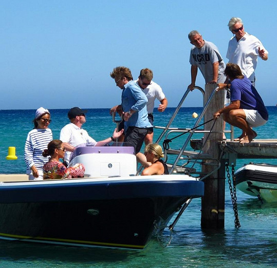 Michael Douglas s manželkou a několika přáteli na jachtě.