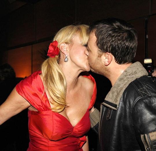 Manželské polibky jsou už minulostí.
