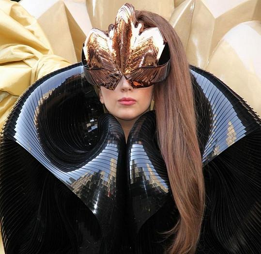 Lady Gaga na prezentaci svého parfému zvolila opravdu vesmírný kostým.