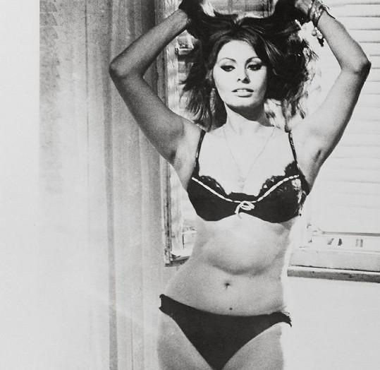 Půvabná Sophia Loren jen v bikinách.