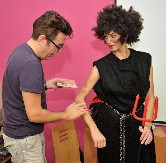 Vizážista Pavel Bauer nanáší černidlo.