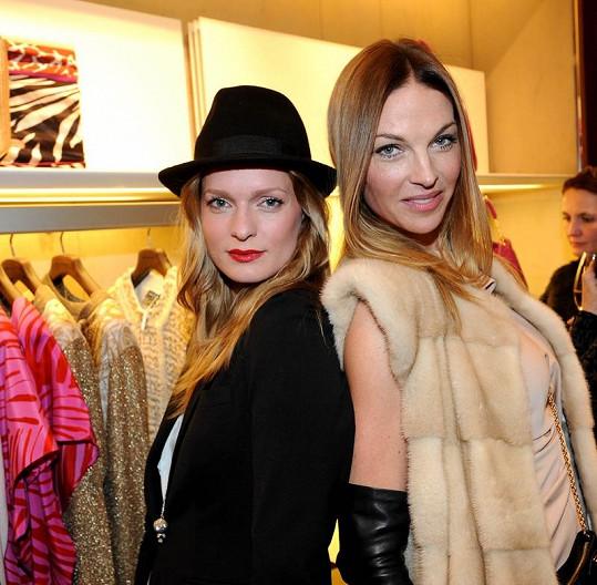Pavlína s kolegyní z vysokého modelingu Karolínou Bosákovou.