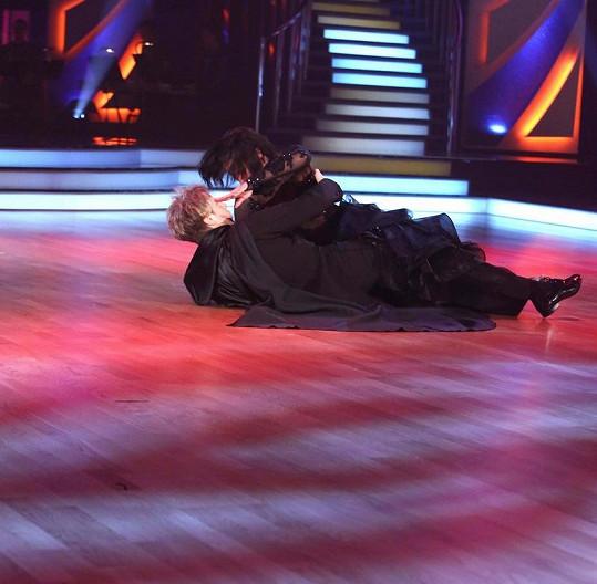 Kateřina Baďurová naštěstí upadla na svého tanečníka.