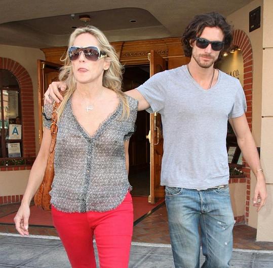 Sharon Stone s mladým přítelem v ulicích Beverly Hills.