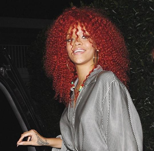 Kudrnatou hřívu Rihanna nosila před rokem.