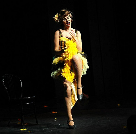 Žlutý kostým byl dost sexy.