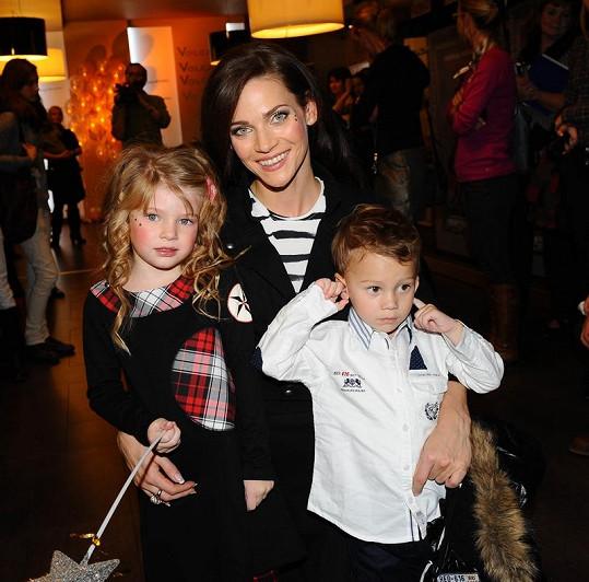Andrea Verešová s dětmi.