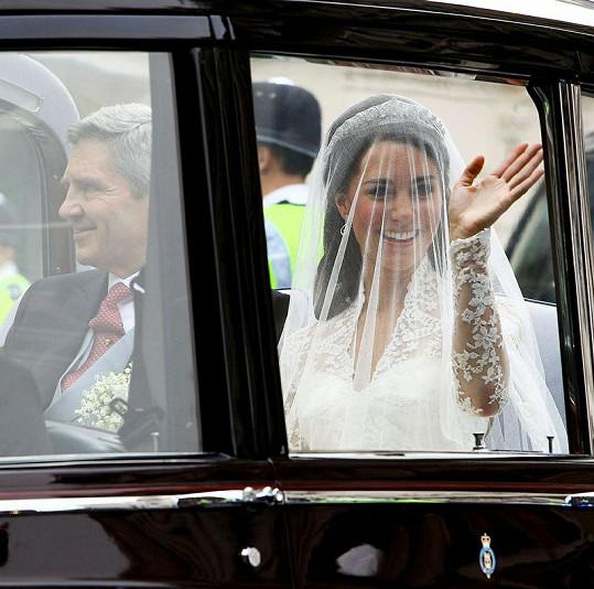 Kate Middleton v limuzíně s otcem.