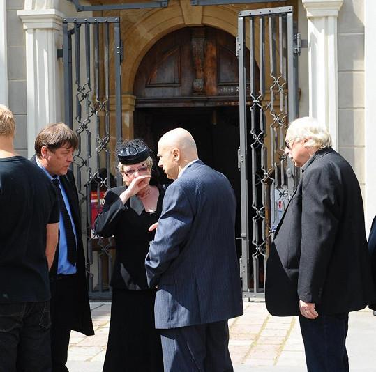 Ivan Mládek s plačící vdovou.