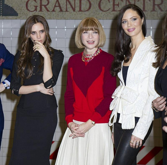 Viditelně unavená Victoria s Annou Vintour a Georginou Chapman.