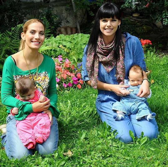 Eva Decastelo s kamarádkou Marcelou Skřivánkovou a dětmi.