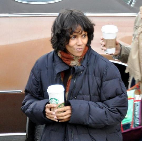 Herečka během pauzy usrkávala kávu.
