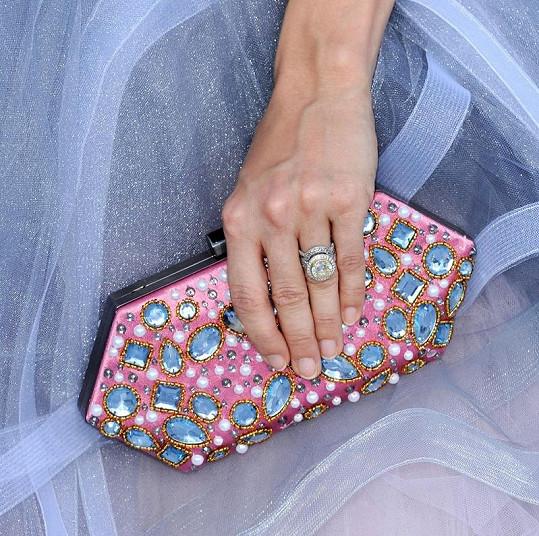 Carrieno psaníčko poseté perlami a umělými safíry s názvem Cara od Oscara de la Renty.