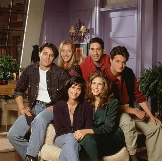 Matthew jako Chandler (vpravo) v seriálu Přátelé.