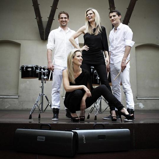Eva Slaná a Lucie Klasek s bubeníky ze skupiny NeoPerussio.