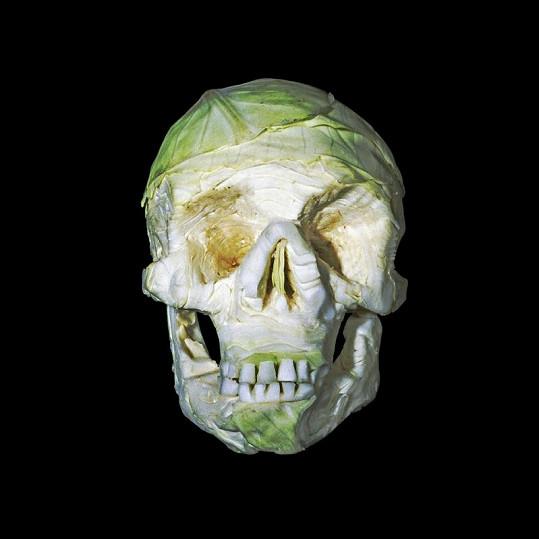 Lebka vyřezaná do bílého zelí.