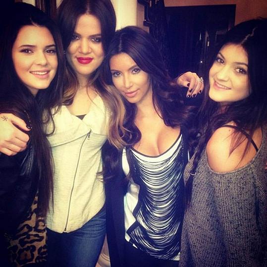 Sestry Kardashianovy na snímku, který zveřejnily na jedné ze sociálních sítí.