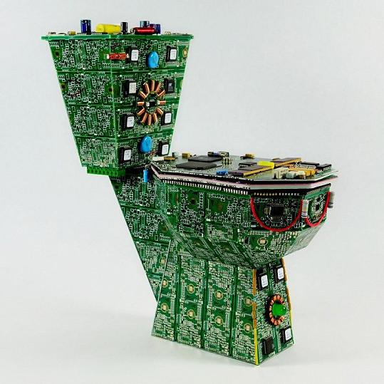 Toaleta je vytvořena z desek a plošných spojů.