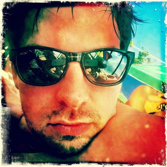 Pavel se na Facebooku pochlubil touto svou fotkou. V odrazu brýlí spatříte sexy tělo žhavé Bereniky.