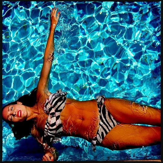 V bazénu ukázala ladné křivky.