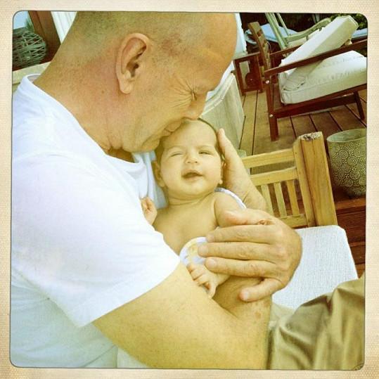 Dojemný snímek: Šťastný otec Bruce Willis chová svou měsíční dceru Mabel Ray.