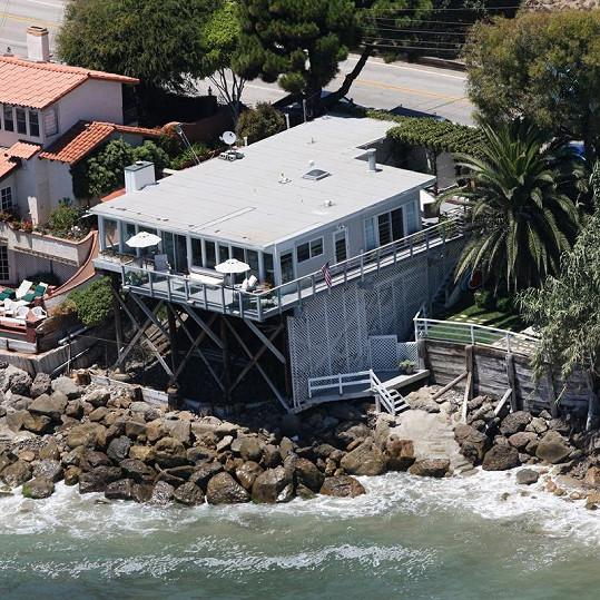 Dům téměř ošplouchávají mořské vlny.