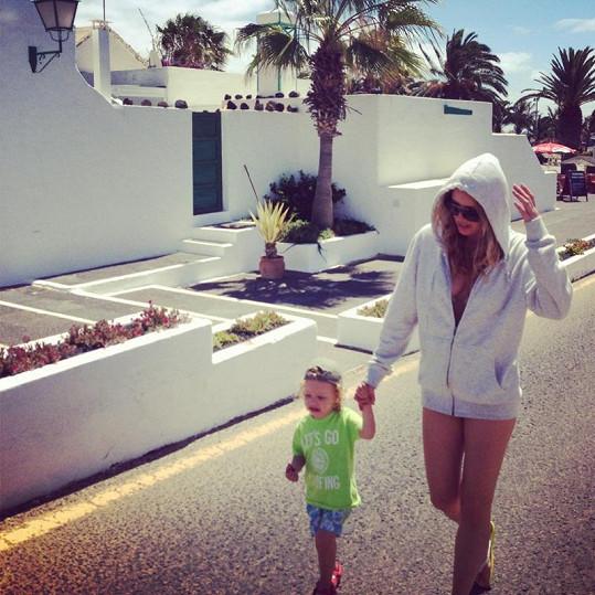 Simona Krainová vyráží na pláž se synem Maxem.