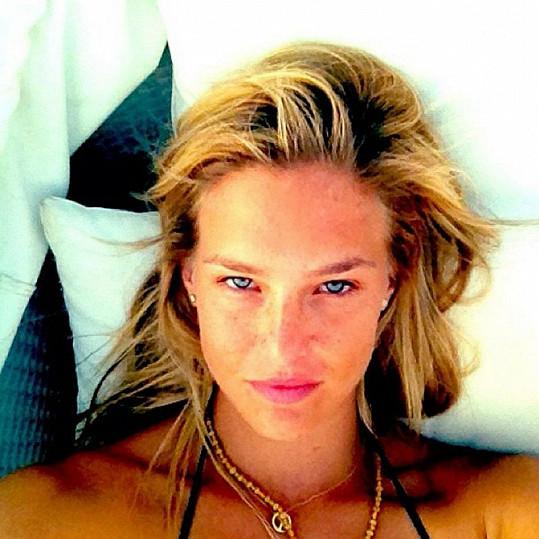 Modelka se nebojí zveřejnit svou fotku, na které je po probuzení.