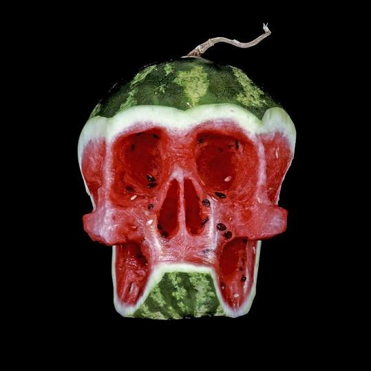 Lebka vyřezaná do vodního melounu.